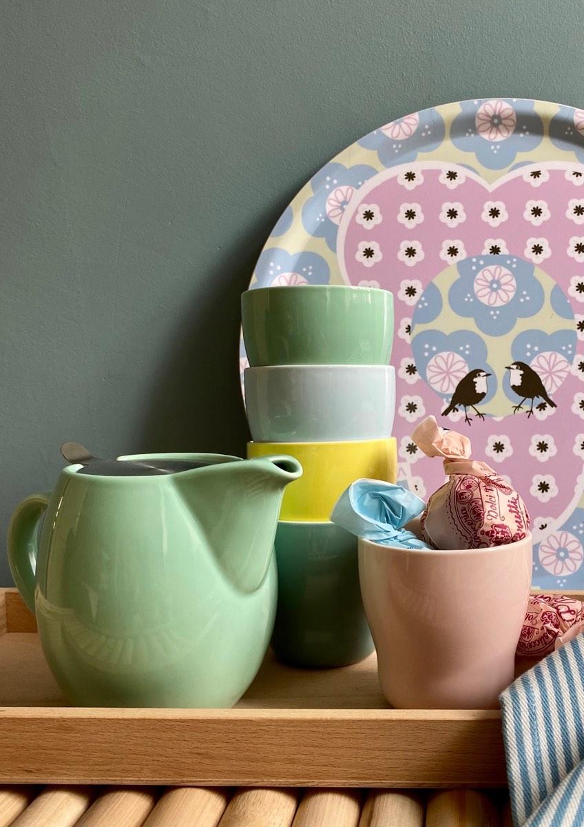 Becher und Teekannen